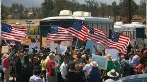 CA_protesters_block_buses_of_illegals